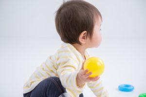ボールで遊ぶ子